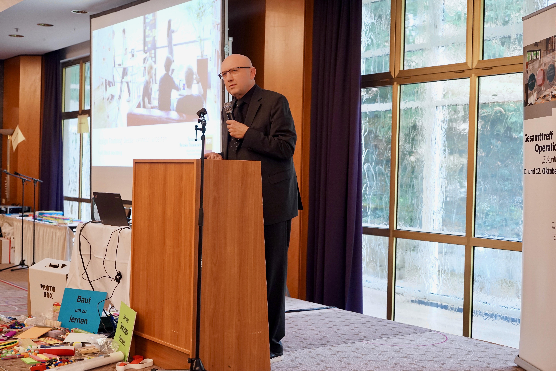 Prof. Uli Weinberg, Leiter der School of Design Thinking gibt eine Einführung in das Thema Design Thinking