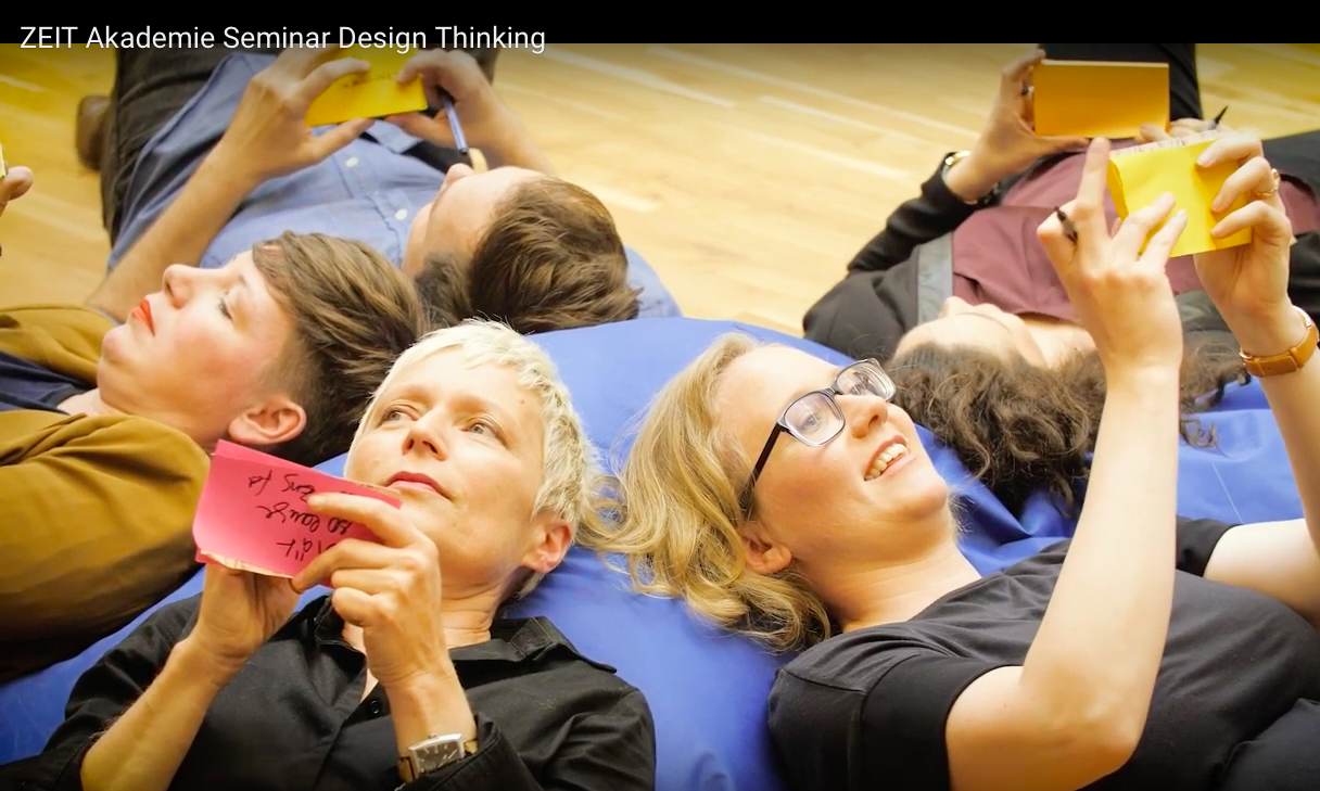 Foto aus dem Trailer der Zeit Akademie zum Design Thinking Seminar (https://www.zeitakademie.de/seminare/business/design-thinking/#video-5236)